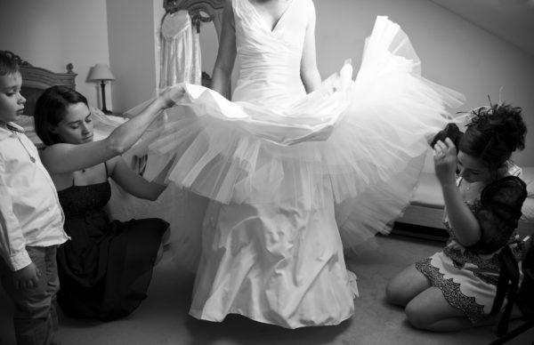 Photo preparatifs, robe de mariée, noir et blanc